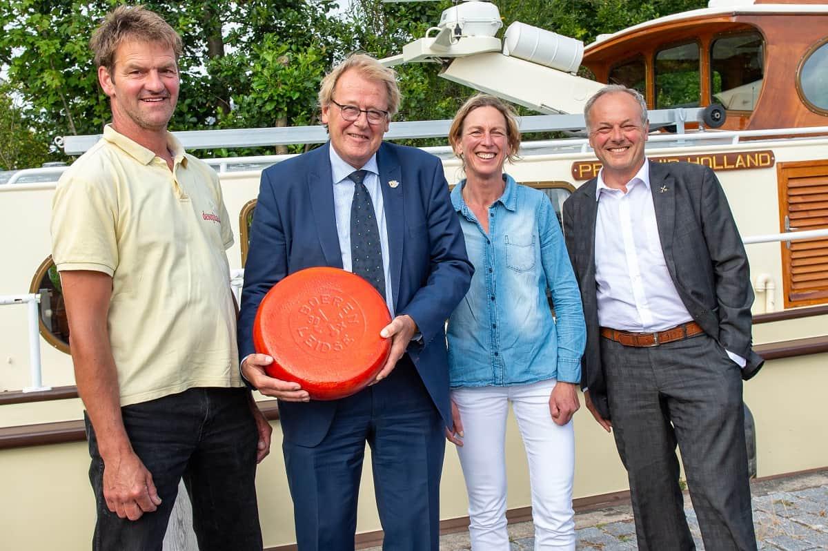 Theo Warmerdam en Trees van Leeuwen presenteren de eerste BoerenLeidse Blaarkopkaas 2019 aan de Commissaris van de Koning